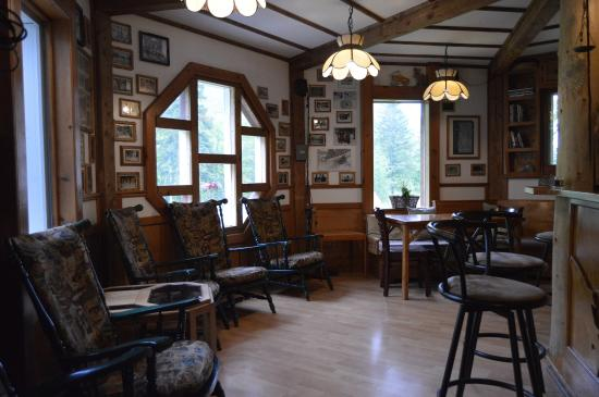 Big Intervale Fishing Lodge: Great looking bar area.