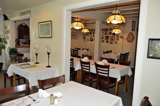 Big Intervale Fishing Lodge: Clean, cozy dining rooms