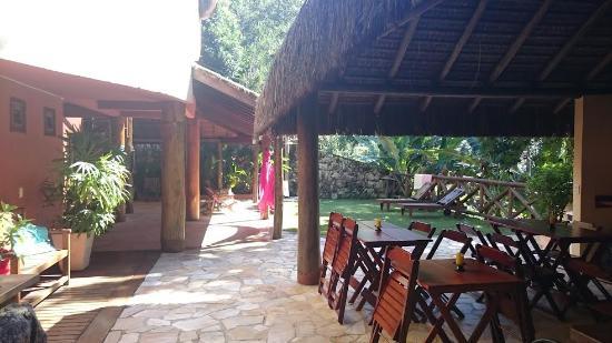 Casa Bonita: Area do Cafe da manha e jardim
