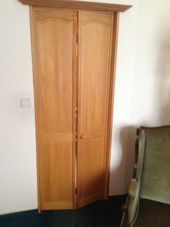 Firean Hotel : Door not fitting bathroom