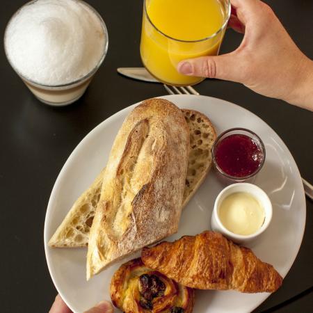 Petit d jeuner sucr avec confiture faite maison photo for Petit dejeuner en amoureux maison