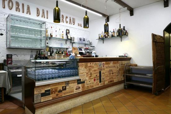 Verduno, Italia: Die neu gestaltete Theke