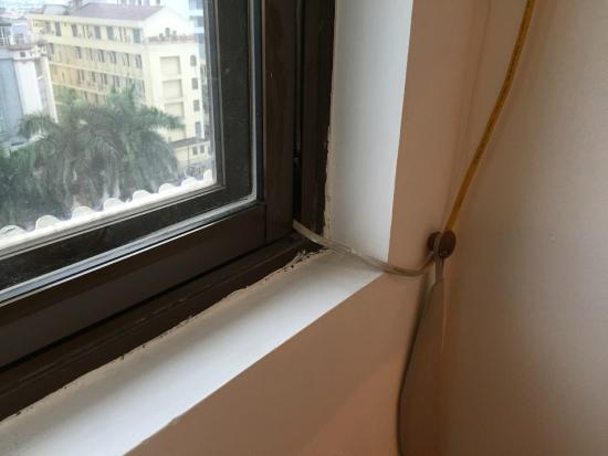 Bao Son International Hotel: AC power cord makes it impossible to close window.