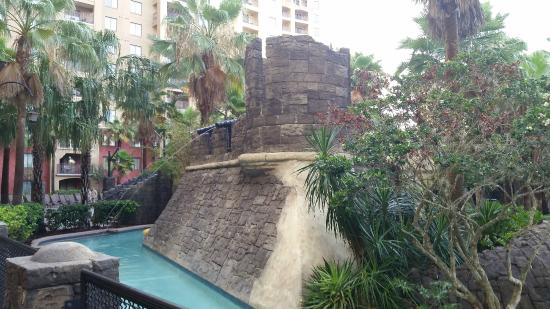 Wyndham Grand Orlando Resort Bonnet Creek: immovable water cannons for lazy river. Cool scenery.