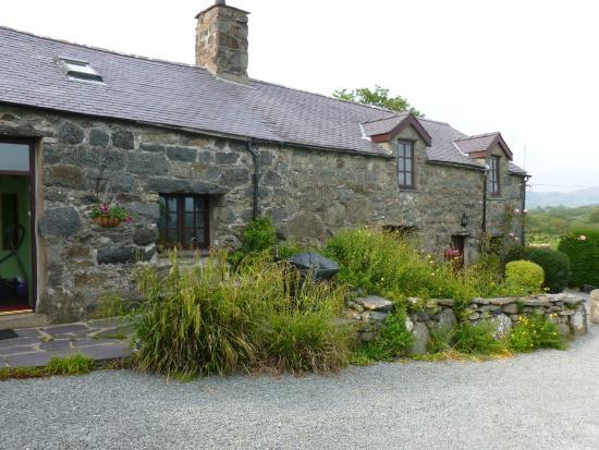 Tyddyn Iolyn Farmhouse: Outside