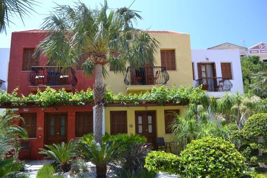 Iapetos Village: Зелень окружает отель