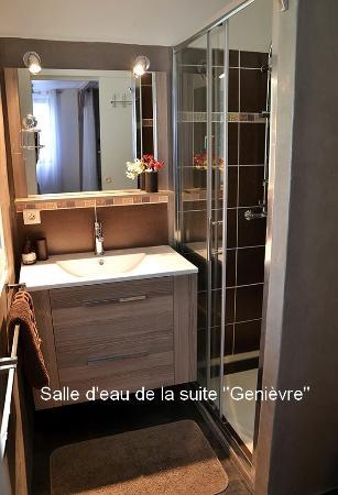 """Bergerie del Arte : La salle d'eau de la suite """"Genièvre"""""""