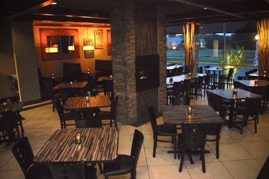 Unique Suites Hotel: Brick House Bar & Grill Dining Available!