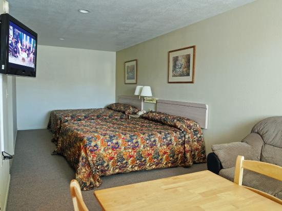 Yerington Inn: 2 Queen Beds with Love Seat-No Pets allowed