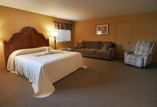 Yerington Inn: Large King Suite/Small Meeting Space up to 18