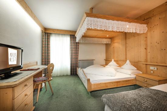 Aktiv & Familienhotel Adlernest: Doppelzimmer mit Himmelbett