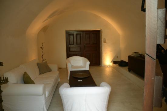 Villas and Mansions of Santorini: livingroom downstairs