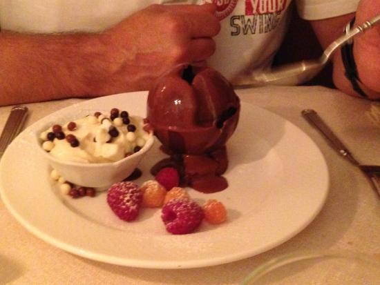 sphère chocolat avec sauce chocolat chaud - Picture of Le Poeme de ...