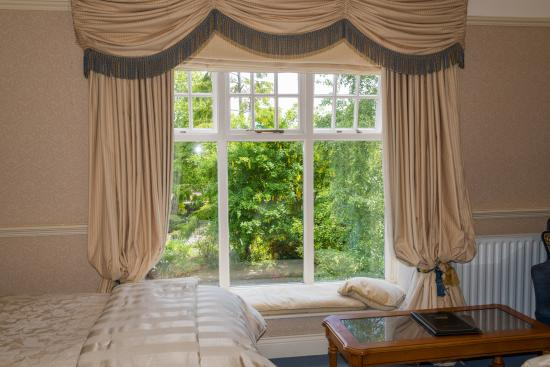 Fuchsia Guest House : Relax by a window and pass the evening