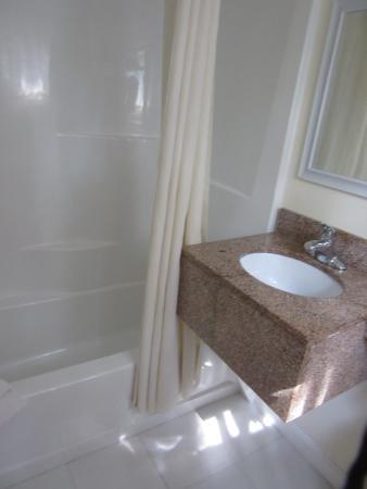 Rodeway Inn: New Bathroom