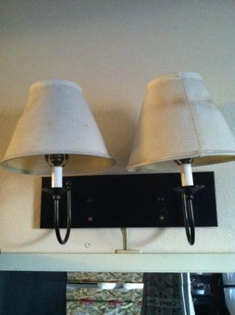 Red Roof Inn Tulare-Downtown/Fairgrounds: gross lampshades