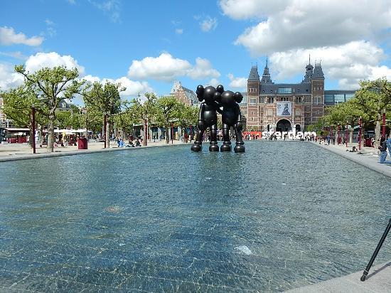 Rijksmuseum Amsterdam : Iconic view in Museumplein behind Rijksmuseum