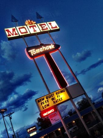 Tomahawk Lodge: Vintage Americana Motel Sign
