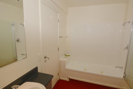Greens Motel Nelson: Spa bath in every one and Two bedroom units