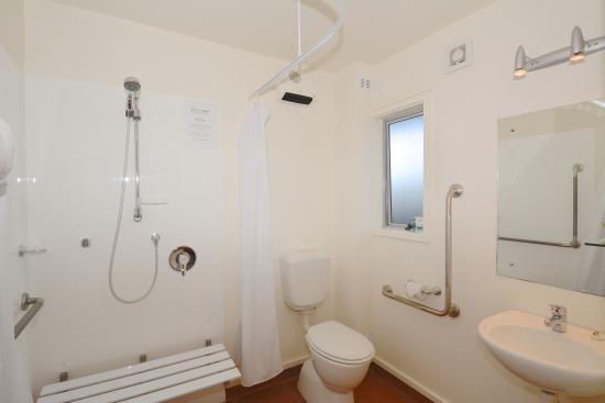 Greens Motel Nelson: Wheel chair access bathroom