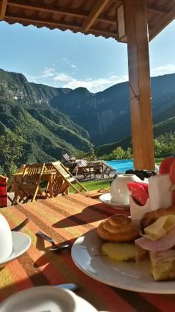 Gocta Andes Lodge: Tomando desayuno con una vista increible