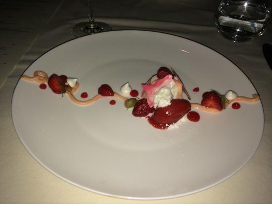 The Grill Room: Vanilla yogurt panna cotta with stawberries