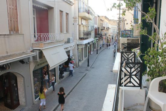 Rent Rooms The Sea-Front : Выход из отеля с одной стороны на улочку с магазинами, с другой стороны море, но не пляж