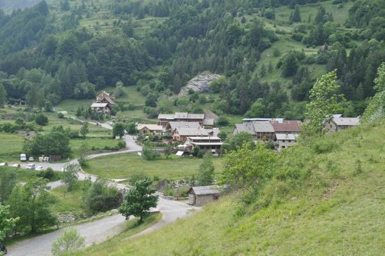 Reallon, Francja: le hameau au pied de la montagne