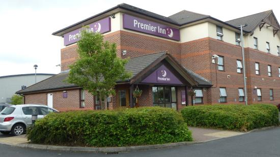 Premier Inn Bromsgrove Central Hotel: General view (avoid walking into window by gray car)