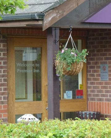 Premier Inn Bromsgrove Central Hotel: 'Eye Catching' (dbl-meaning intended) flower basket