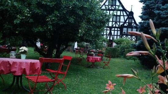 Krov, Germany: Romantic garden at the Dreigiebelhaus