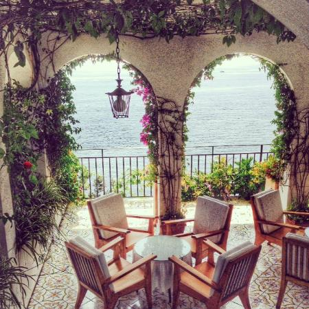 Santa Caterina Hotel: Walk out to the gardens
