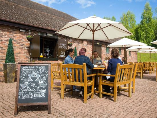 Stratford Manor Hotel: Outside patio and bar