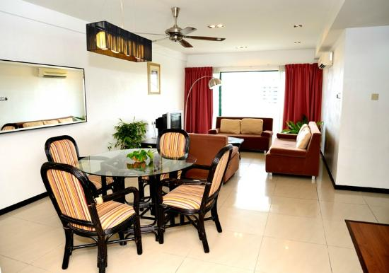 Likas Square Apartment Hotel: Deluxe Suite Living Room