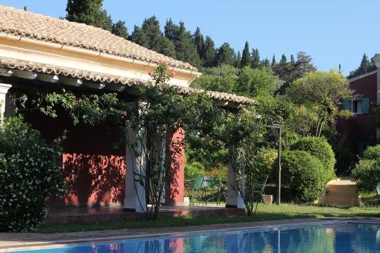 Villa De Loulia: desde una de las tumbonas de la piscina....
