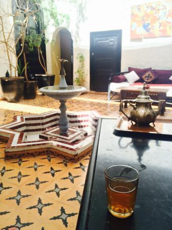 Riad Jomana: Minztee im Innenhof