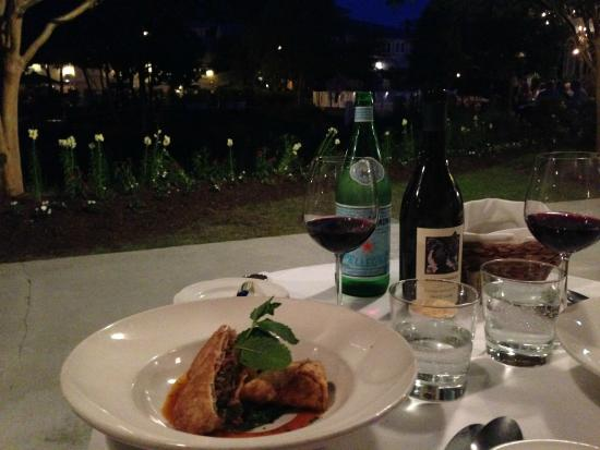 Port Land Grille: Outside dining by the fountain