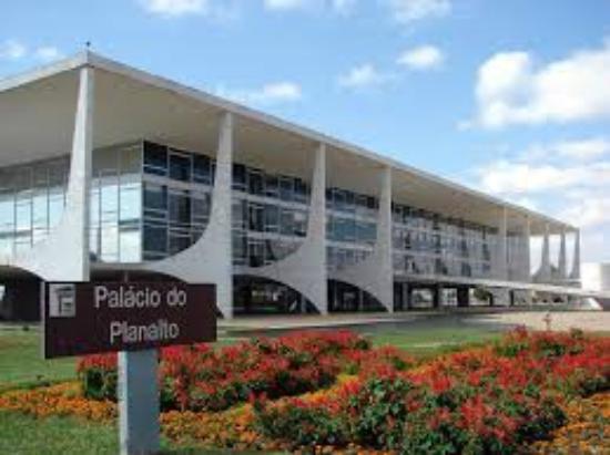 https://media-cdn.tripadvisor.com/media/photo-s/08/29/2a/50/palacio-do-planalto.jpg