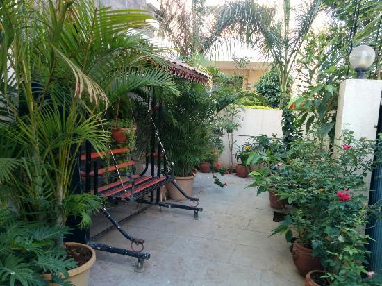 Teerth Villa : Lawn outside