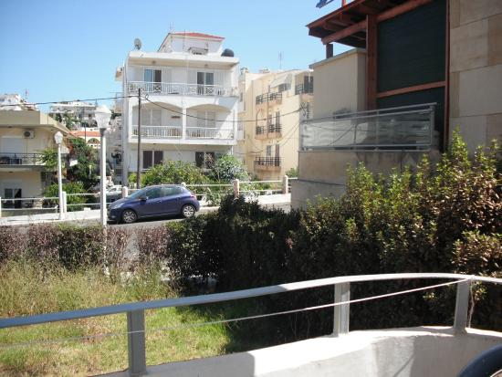 Panorama Hotel Apartments: view at the front of my room on the the road, kitchen and footpath on the right