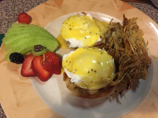 Texas Toast Eatery: eggs Benedict