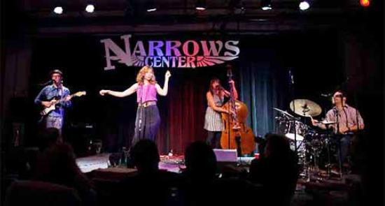 Fall River, Массачусетс: Lake Street Dive performance at the Narrows