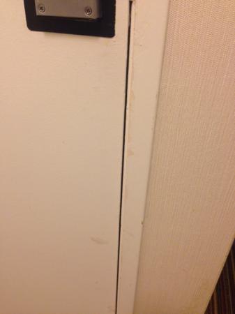 Holiday Inn Express San Luis Obispo: Scuffed door (inside room)