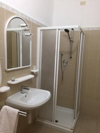 Salle de bain picture of hotel souvenir monterosso al for Salle de bain hotel
