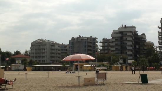 Hotel Losanna : Пляж рядом с отелем