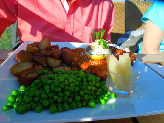Restaurant Strandtangen: meat entre with peas and seared potatoes