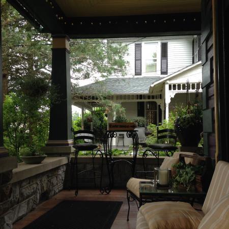 แอดัมส์ทาวน์, เพนซิลเวเนีย: Awesome front porch