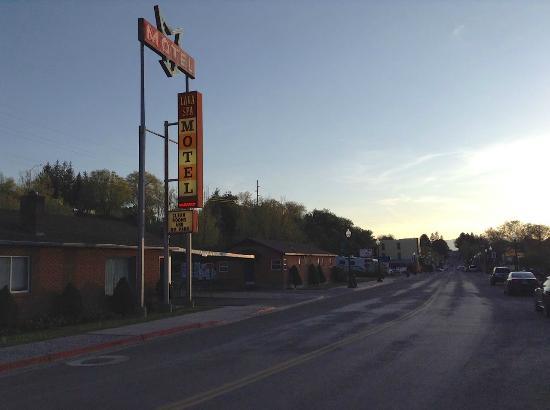 Lava Spa Motel & RV Park: Lava Spa Motel at Sunset