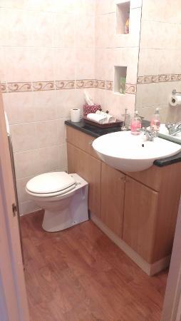 Topos Bed & Breakfast: clean bathroom