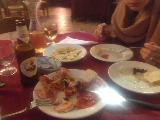 Parghelia, Italy: Tolle große Pizzen, lecker Grillteller